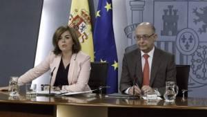 La vicepresidenta del Gobierno, Soraya Sáenz de Santamaría, y el ministro de Hacienda, Cristóbal Montoro, durante la rueda de prensa tras la reunión del Consejo de Ministros. (EFE)